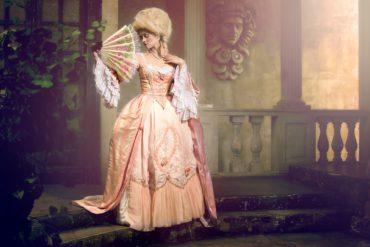 Suknie dworskie, renesansowe, barokowe aż do małej czarnej Chanel