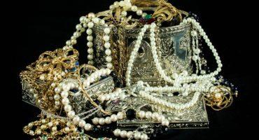 Naszyjniki, kolie, bransoletki i inne. Jak przedstawia się historia biżuterii na przestrzeni wieków?