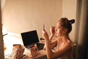 Makijaż dawniej i dziś. Jakie kosmetyki cieszą się obecnie największą popularnością?