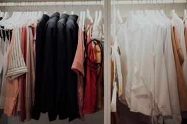 Co to jest garderoba kapsułowa? Jak stworzyć capsule wardrobe?